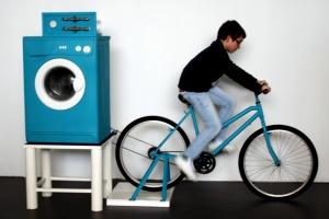 A energia produzida pela bicicleta faz trabalhar a máquina de lavar