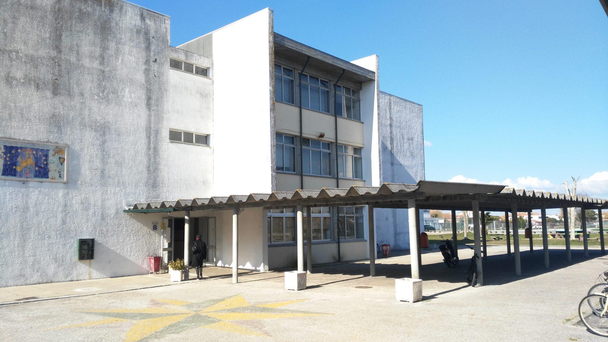 Foto 1- Ao entrar na nossa escola, existe um telheiro de amianto perigoso pelo facto de toda a comunidade escolar circular por lá.