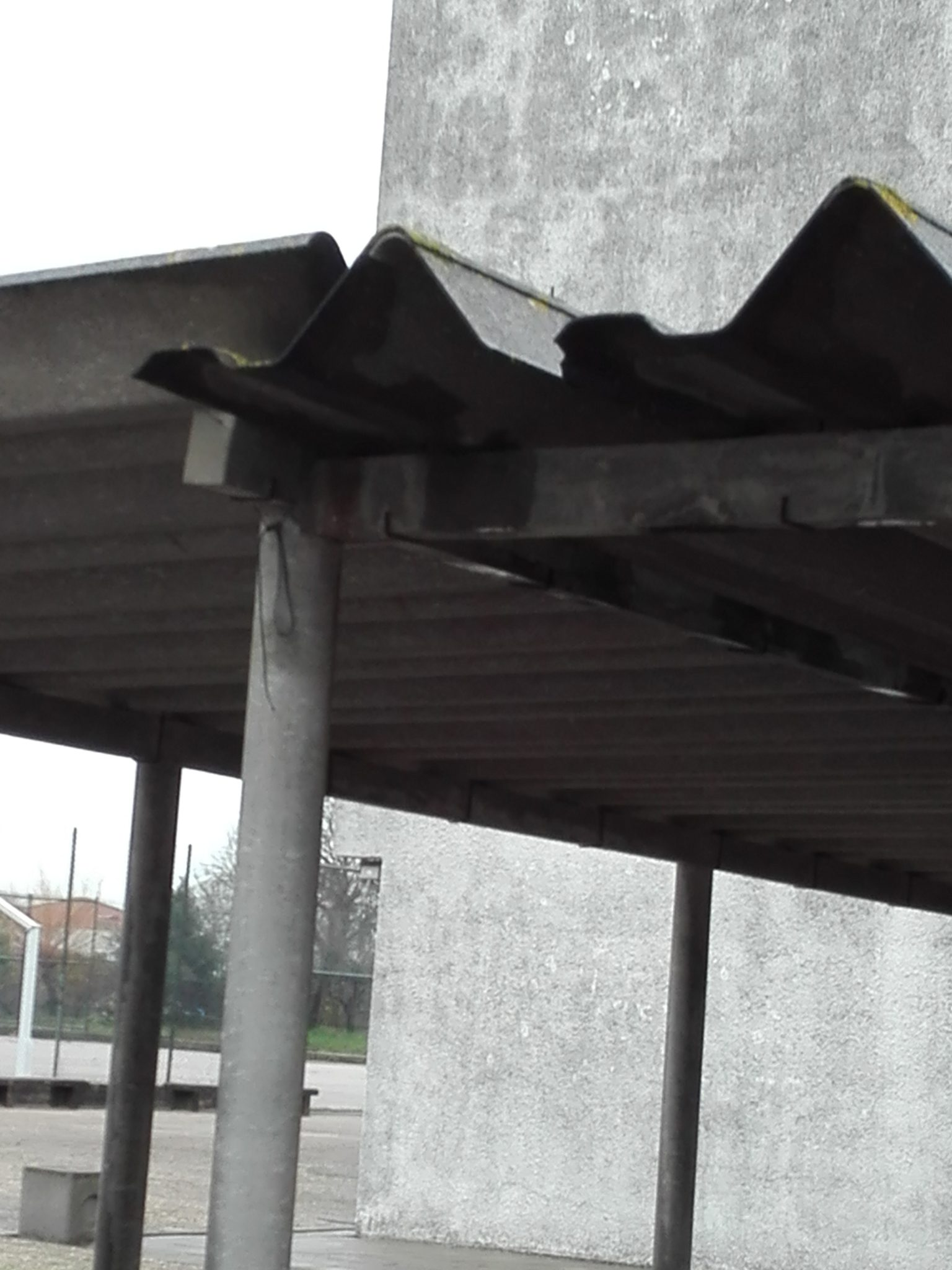 Foto 4- A degradação do material que, segundo a OMS, constitui um perigo acrescido para a saúde ambiental por libertar fibras para o ar