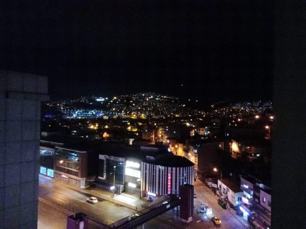 Céu sem estrelas de uma cidade de 4,5 milhões de habitantes, Izmir, Turquia