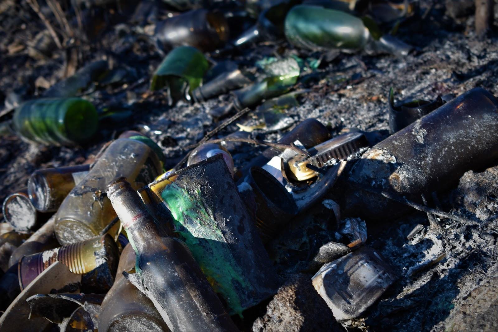 Plástico, vidros, metais... depositados no solo, anteriormente e posteriormente ao incêndio, deixando uma grande incógnita sobre a toxicidade dos solos.