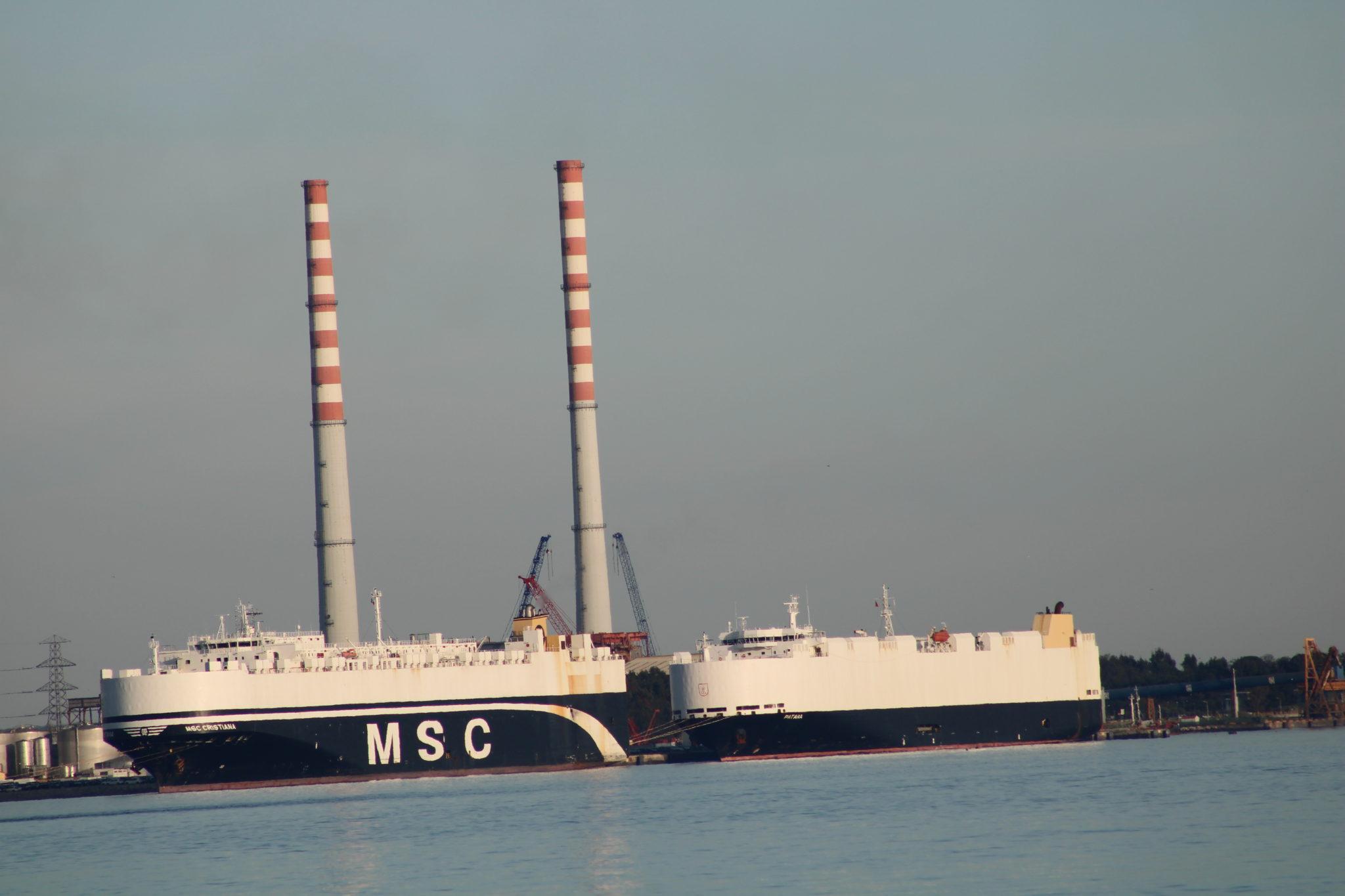 Navios cargueiros no porto de Setúbal