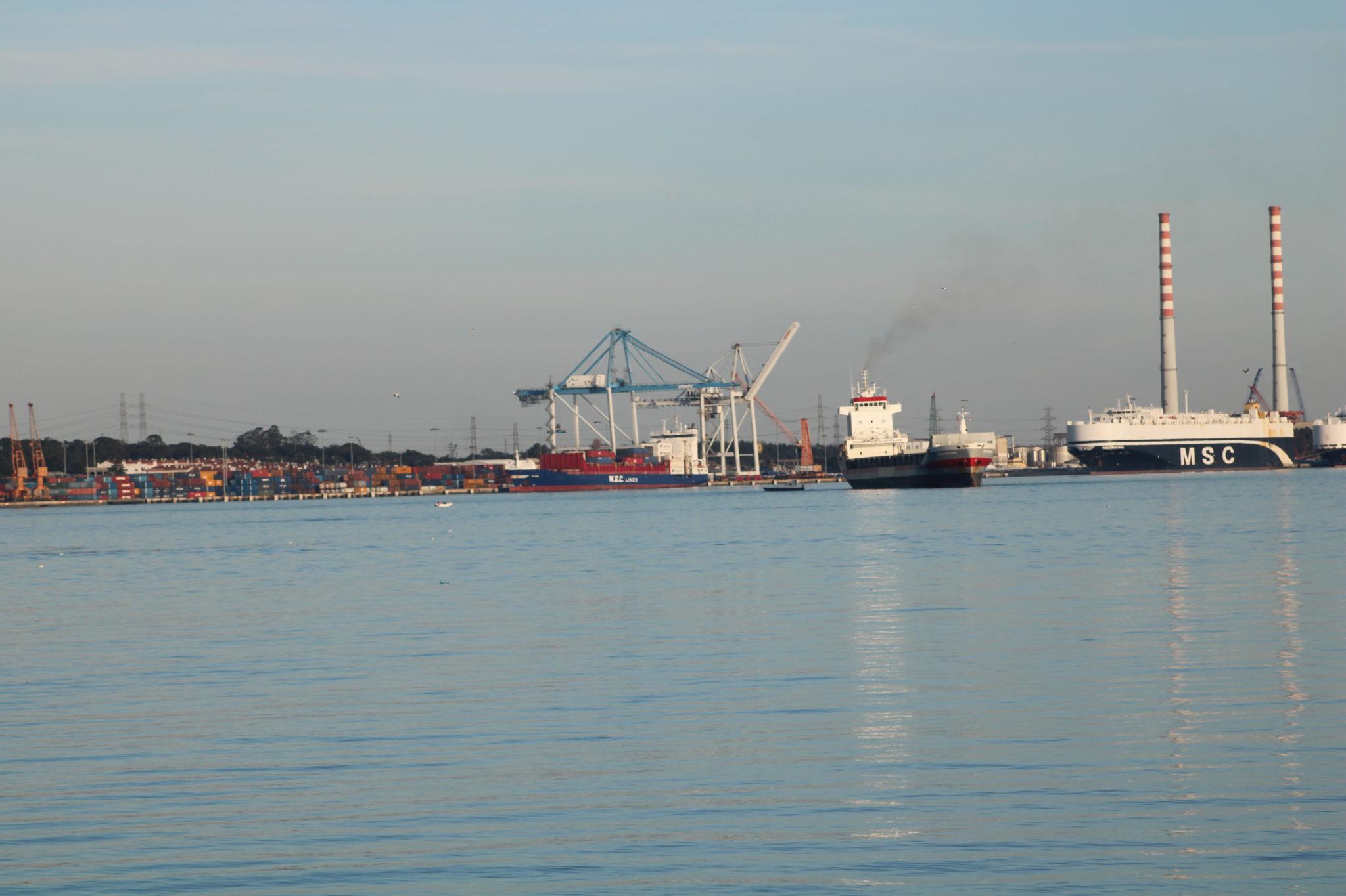 Poluição causada pelo petróleo dos navios em Setúbal