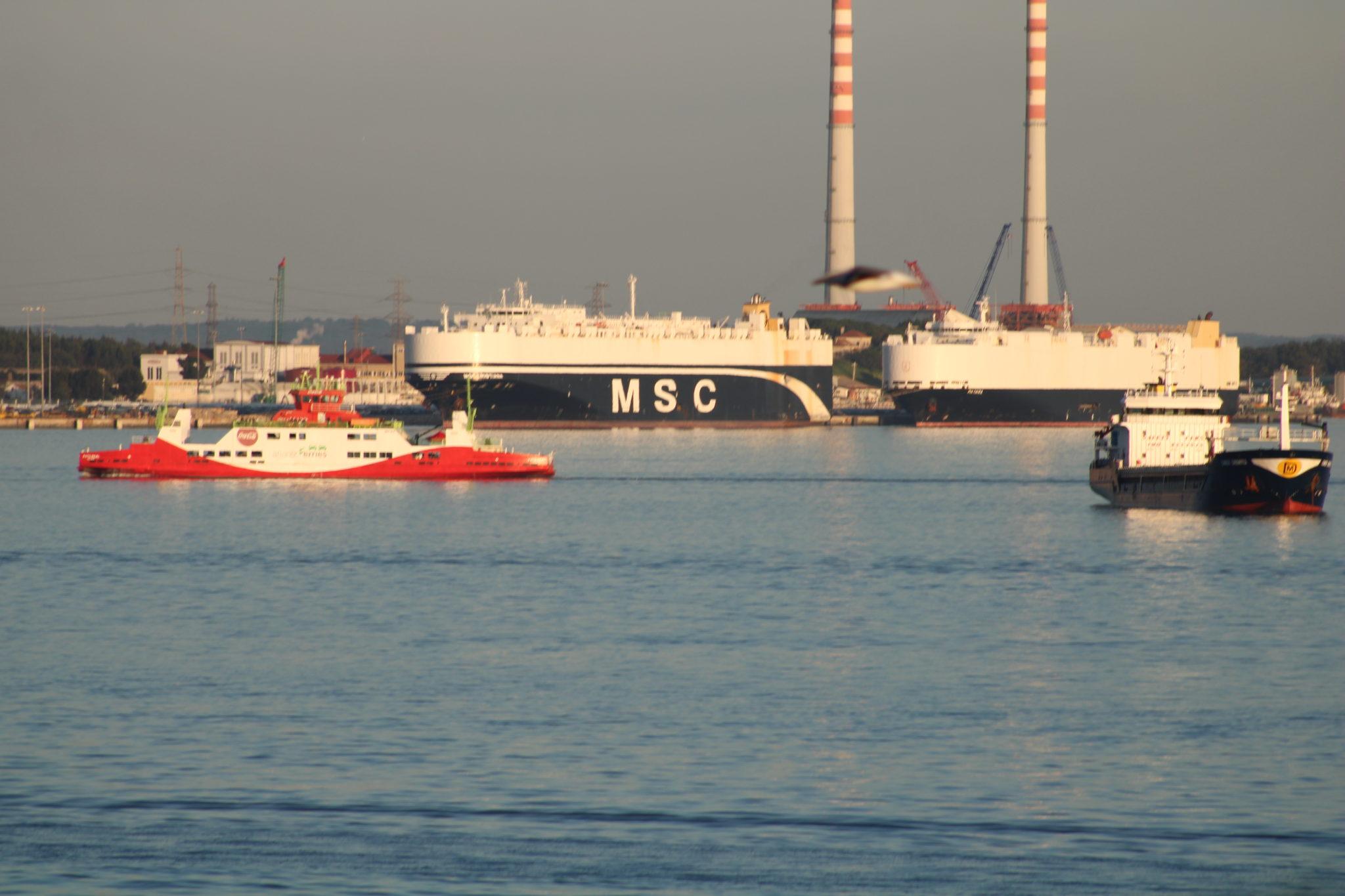 Saída e entrada de navios no porto de Setúbal