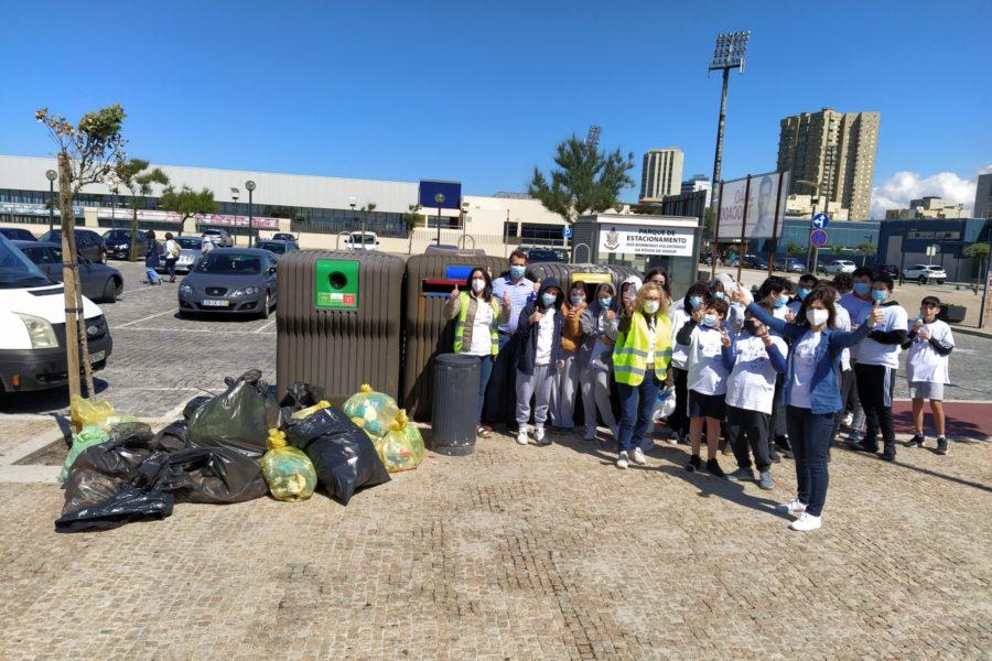 Alunos do Agrupamento Dr. Flávio Gonçalves em Ação de Limpeza Das Praias
